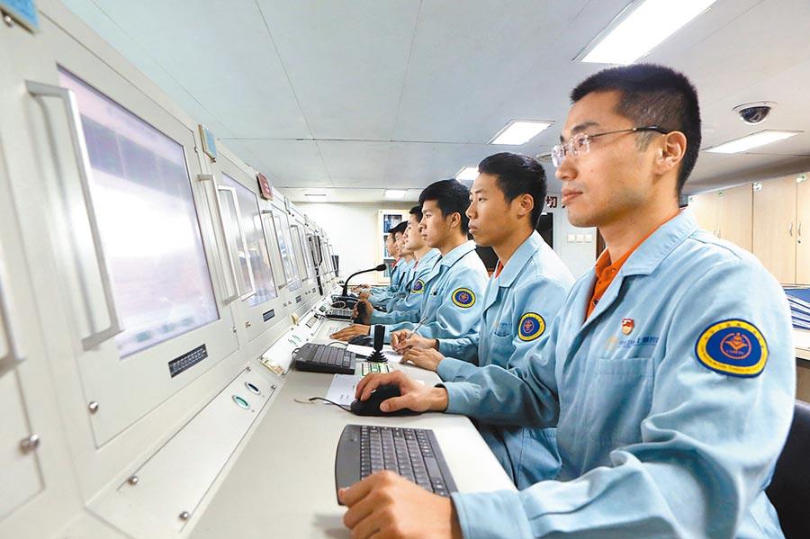工作人員對衛星進行海上監測。圖為示意圖。(新華社資料照片)