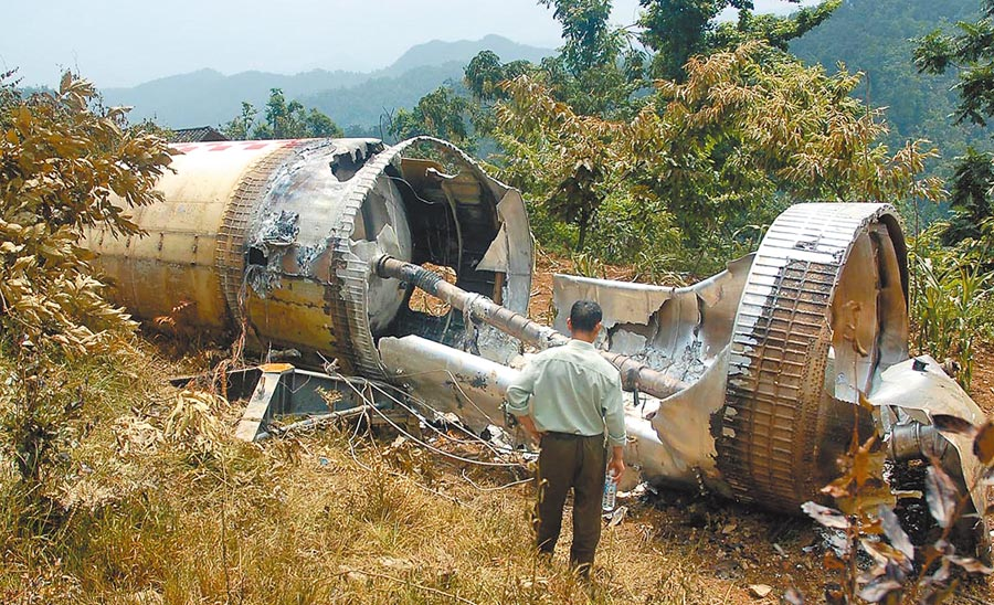 掉落在貴州某鄉的「中星9號」衛星火箭助推器墜落殘骸。(中新社資料照片)