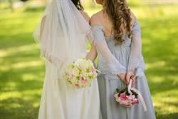 她婚禮穿深V洋裝!搶盡新娘風采