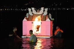 不只基隆中元祭 八里水燈照耀左岸