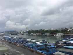 枋寮漁港積淤嚴重險成「沙洲」竹筏、漁船出不了港