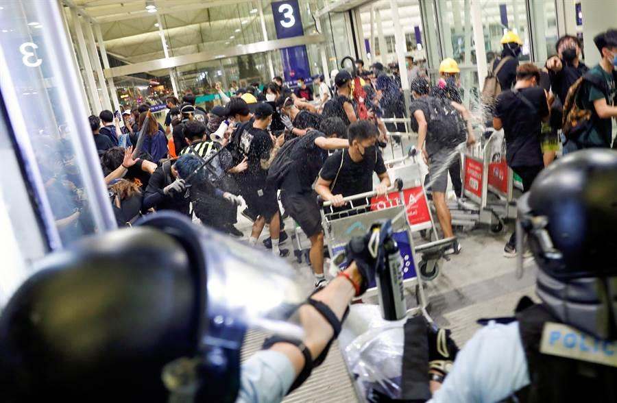 香港機場13日下午湧進抗議群眾,機場關閉。(圖/路透)