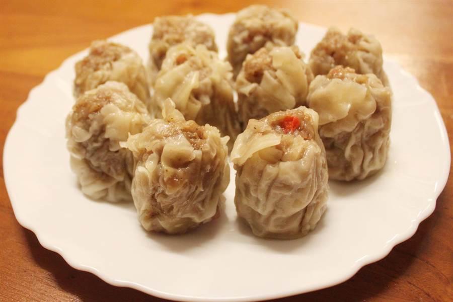 肉包李燒賣,除了基本豬肉,還添加魚漿、荸薺、竹筍和胡椒等餡料搭配。(吳敏菁攝)