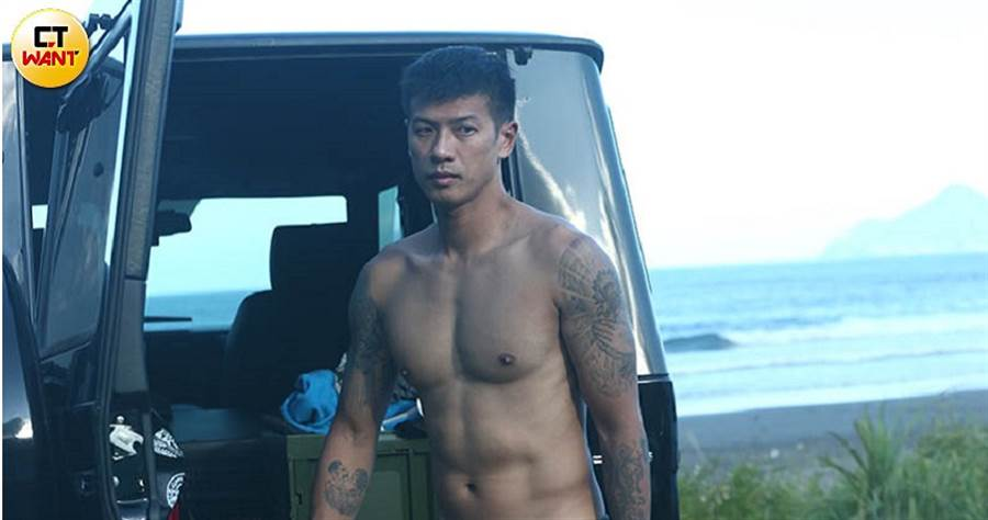 曾是運動員的王信凱衝浪完裸著上身,結實的大胸肌非常養眼。(攝影/本刊攝影組)