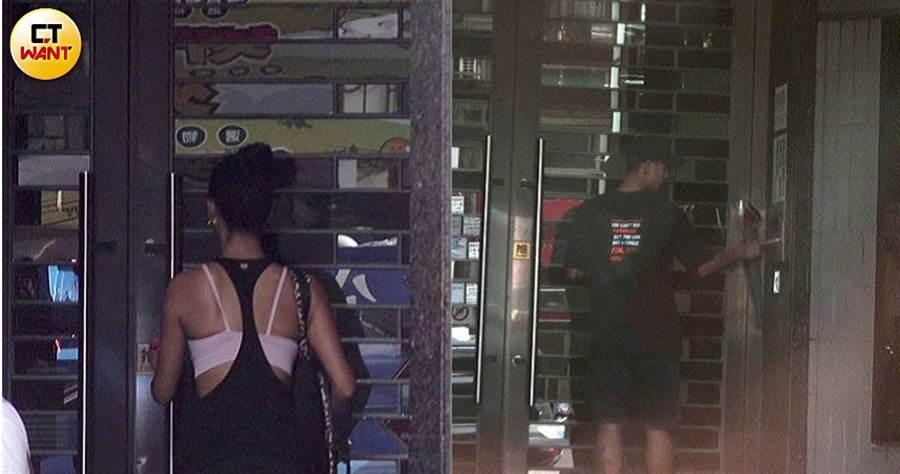 採買完食材,王麗雅便返回住家(左)。 6傍晚王信凱帶著玫瑰花進王麗雅家(右),小倆口共度浪漫七夕夜。(攝影/本刊攝影組)