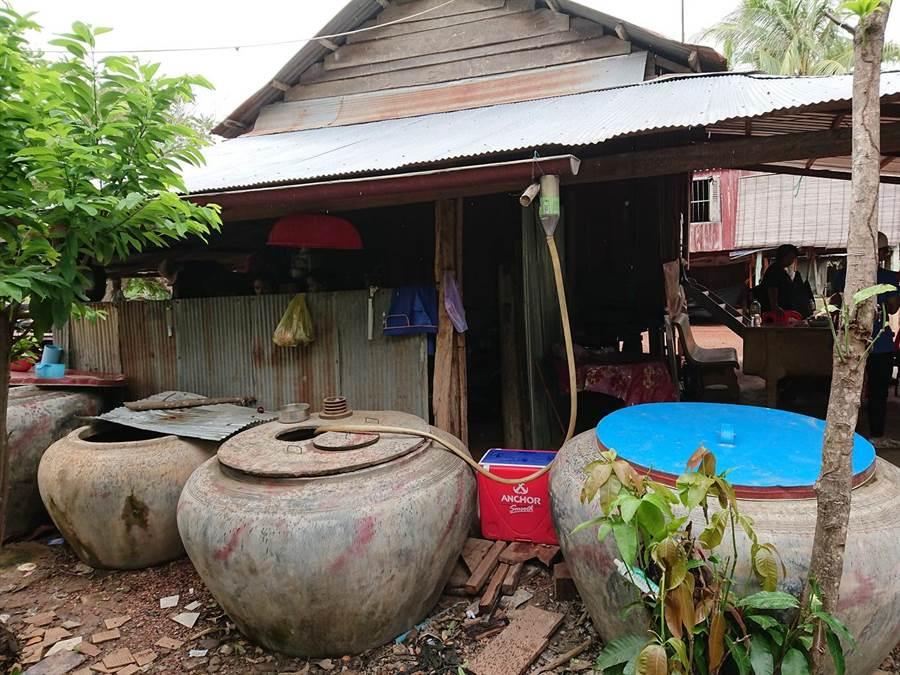 馬拉望家戶多數都用大水缸接雨水。(陳志祥攝)