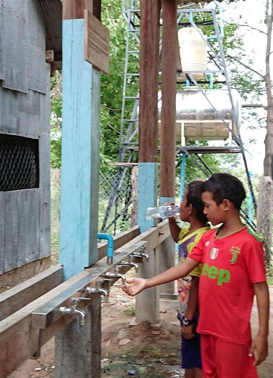 台灣建造的水塔讓柬埔寨偏鄉小朋友可以飲用乾淨水。(陳志祥攝)