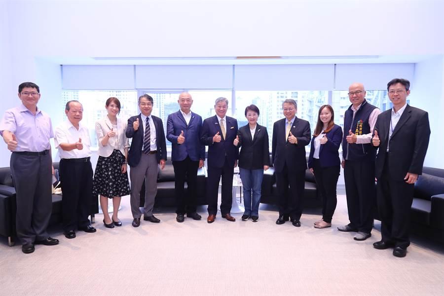 日本鳥取縣議長拜會台中市長盧秀燕拓深兩地交流,台中-鳥取直飛航班9/4開航。(盧金足攝)
