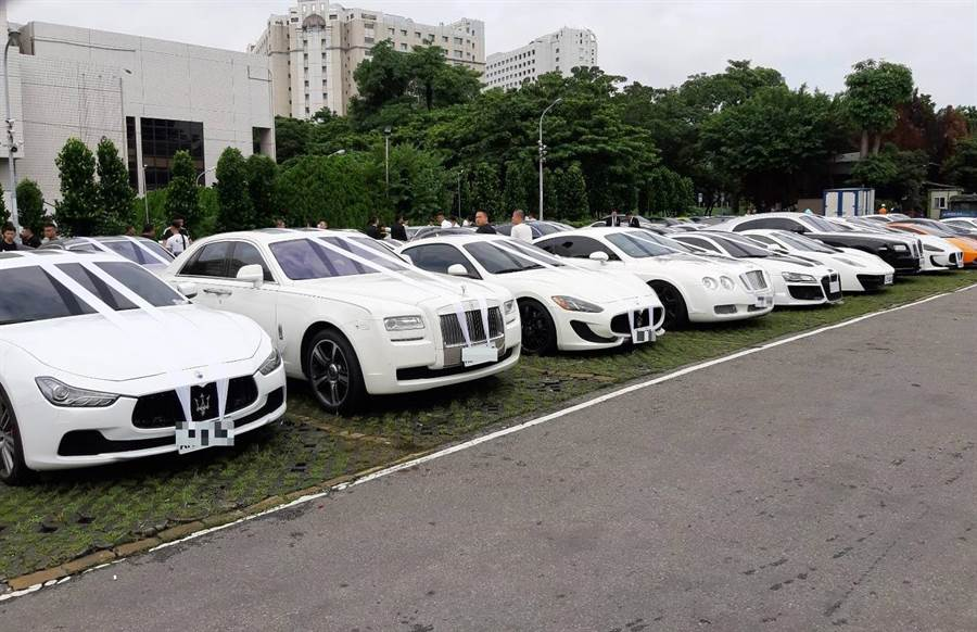 賴姓槍手14日上午10點半在台中市立殯儀館的告別式現場,現場已聚集多輛超跑名車為他送行。(張妍溱攝)