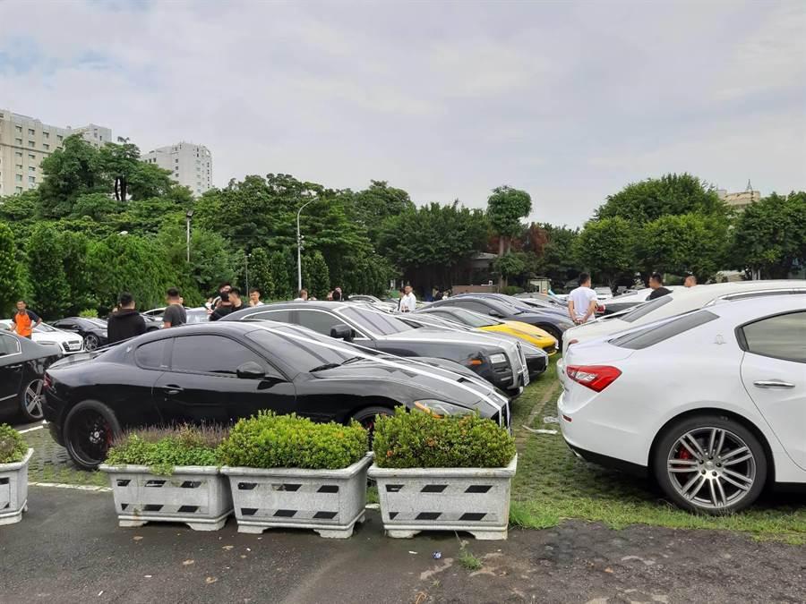 現場聚集數十輛超跑名車為賴姓槍手送行。(張妍溱攝)