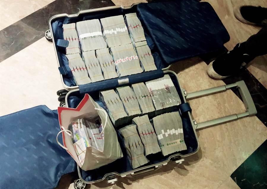 警方並查扣現金1239萬餘元、高級手錶等證物。(陳世宗翻攝)