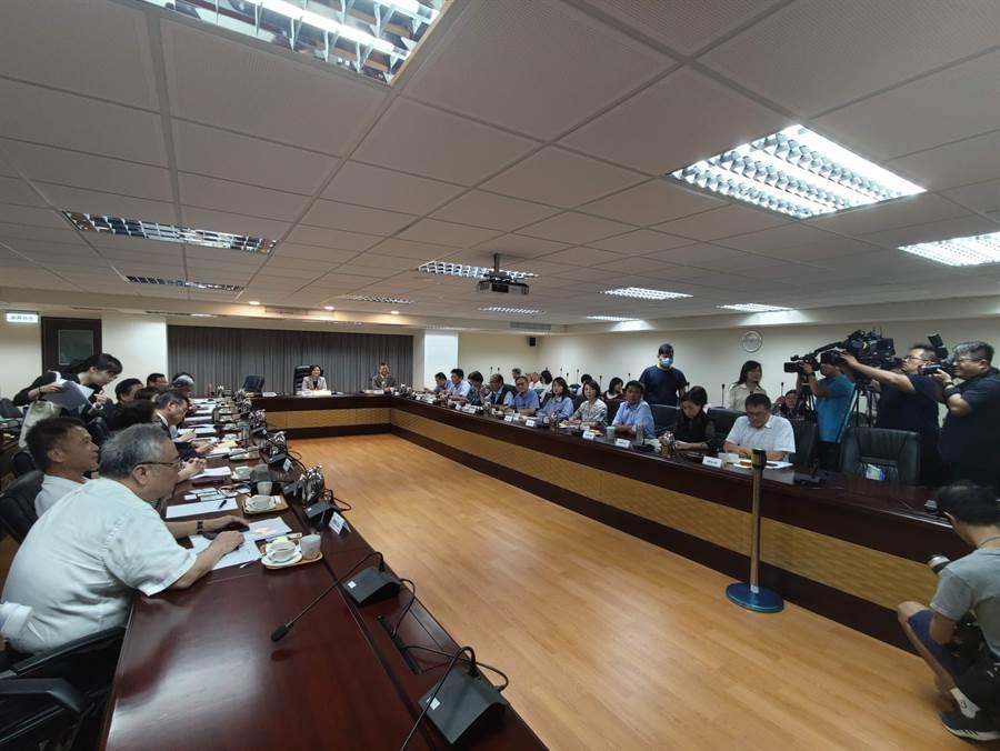 勞動部今天邀請勞資政學4方舉行「基本工資審議委員會」。(林良齊攝)