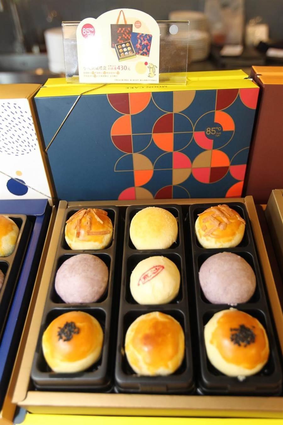 美食達人今年推出十款中秋月餅禮盒搶市。(圖:劉朱松)