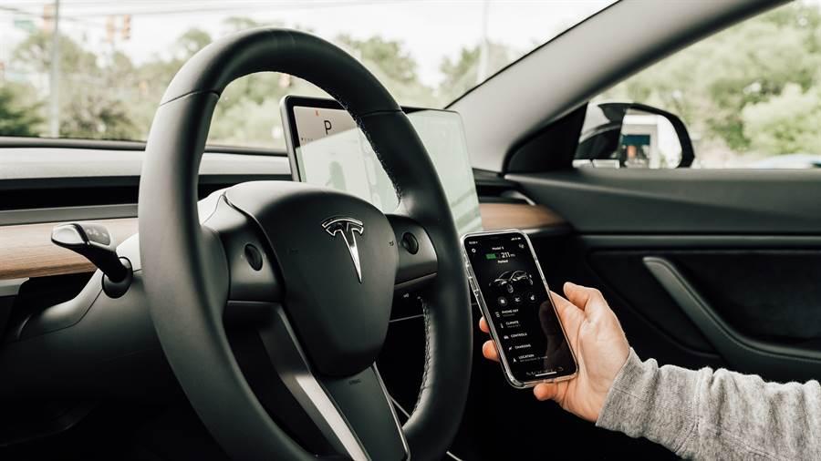 特斯拉(Tesla)Model 3電動車的內部資料照。(達志影像/Shutterstock)
