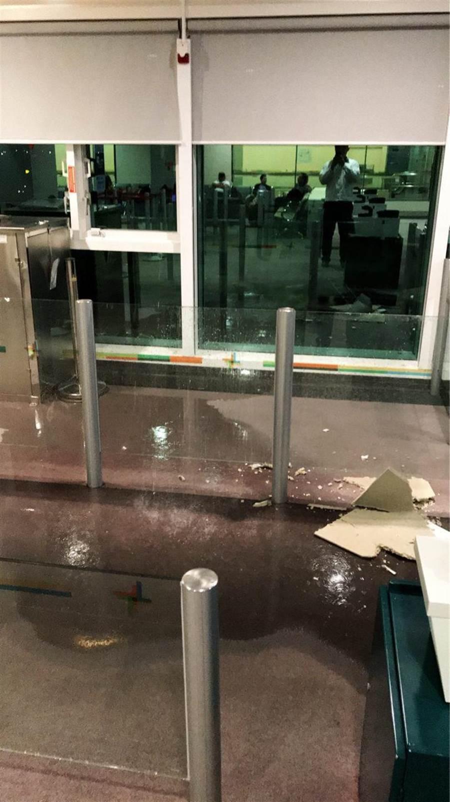 桃機2航厦頻漏水,被網友嘲諷「登機請帶傘」。(翻攝自PTT)