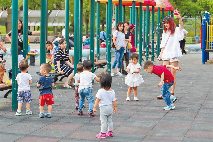 台灣面臨少子化問題。圖為家長帶著孩童在公園遊戲區玩耍。(本報系資料照片)