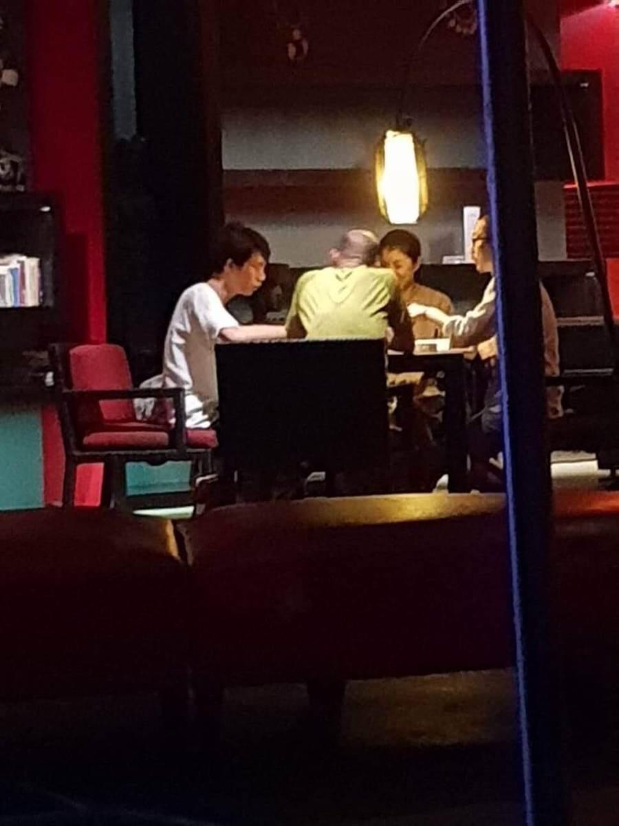 高雄市議員林智鴻接獲網友照片爆料,指高雄巿長韓國瑜今年除夕到峇里島度假時打麻將,同桌的還有立委許淑華。(翻攝林智鴻臉書)