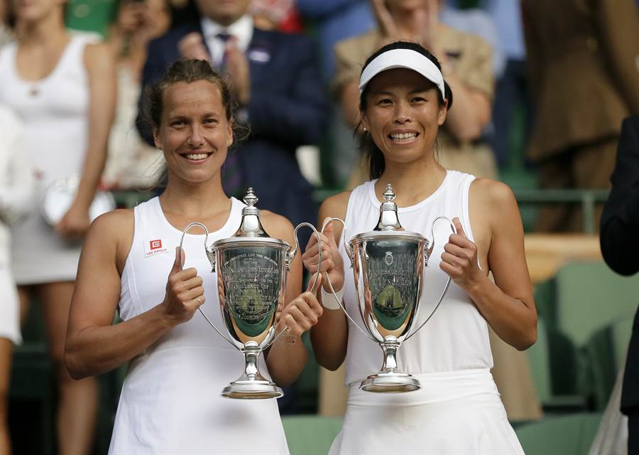 謝淑薇(右)在WTA辛辛那提公開賽女單首輪重挫種子選手,生涯首度在這站賽事單打會內賽奪勝。(資料照/美聯社)