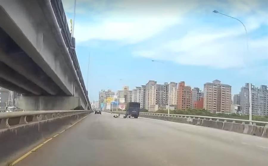 台68快速道路竹北匝道口與經國大橋往竹北方向,13日發生一起貨車撞機車事故。(翻攝自臉書新竹爆料公社)