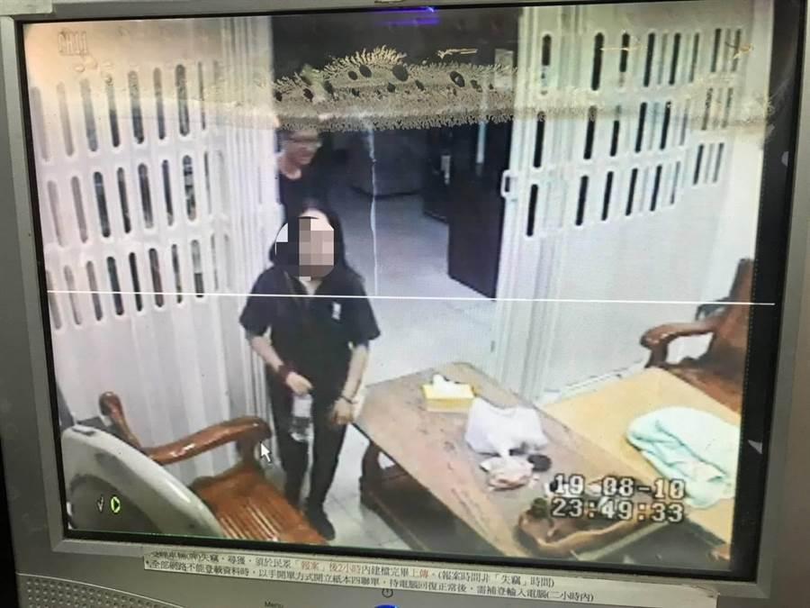 警方發動溫情攻勢苦言相勸,終於將傷心女子帶回所內休息。(巫靜婷翻攝)