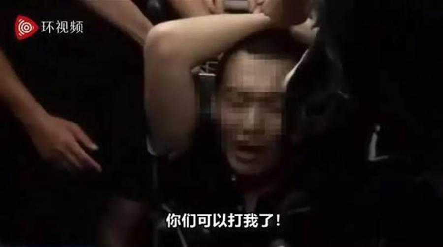 大陸環球時報記者在香港遭示威群眾包圍毆打致傷。