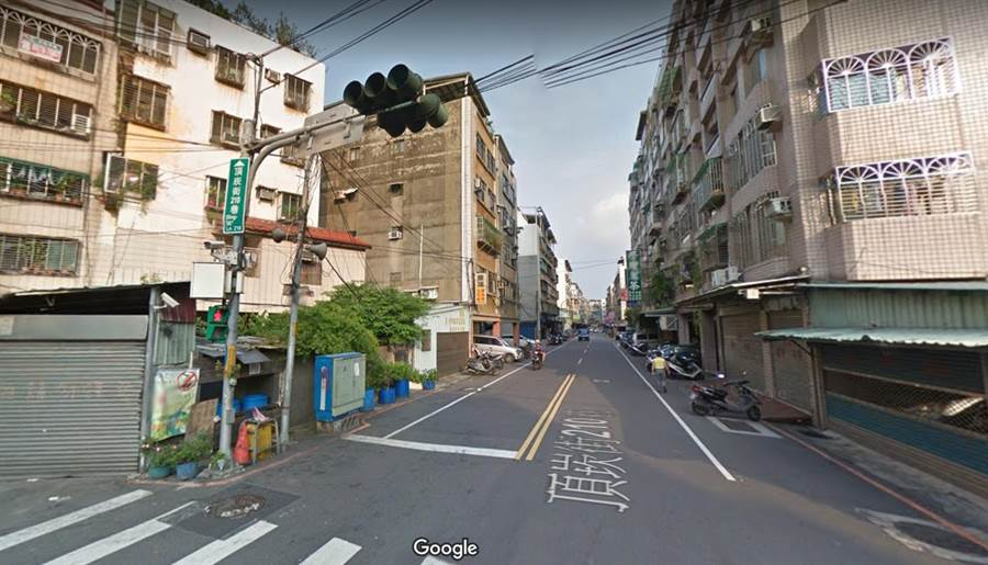 高男將偷來的贓車,藏匿在三重頂崁街巷弄內停車場。(翻攝自google map)