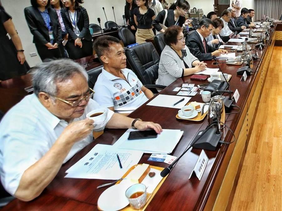 勞動部今日上午進行基本工資審議委員會,勞動部特地準備的點心,隱含巧思。圖/杜宜諳攝