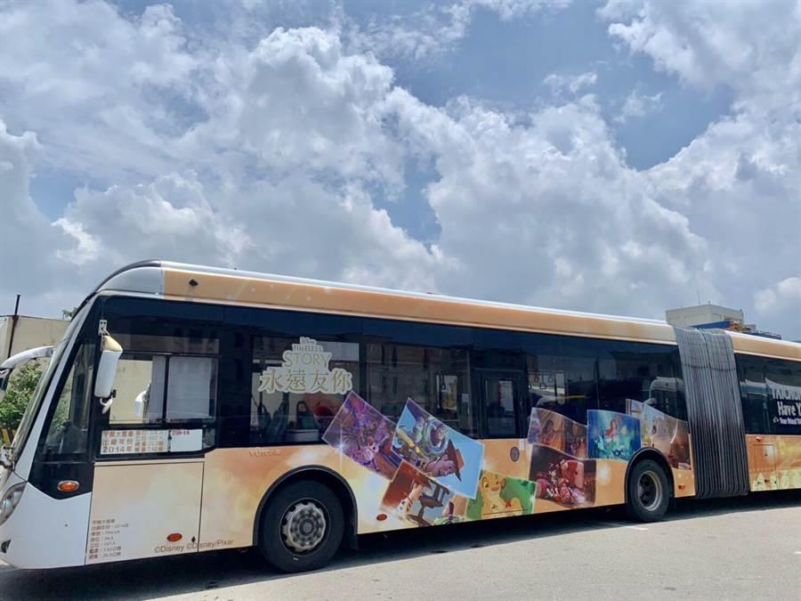 全國首輛迪士尼彩繪公車在台中市上路!(盧金足攝)