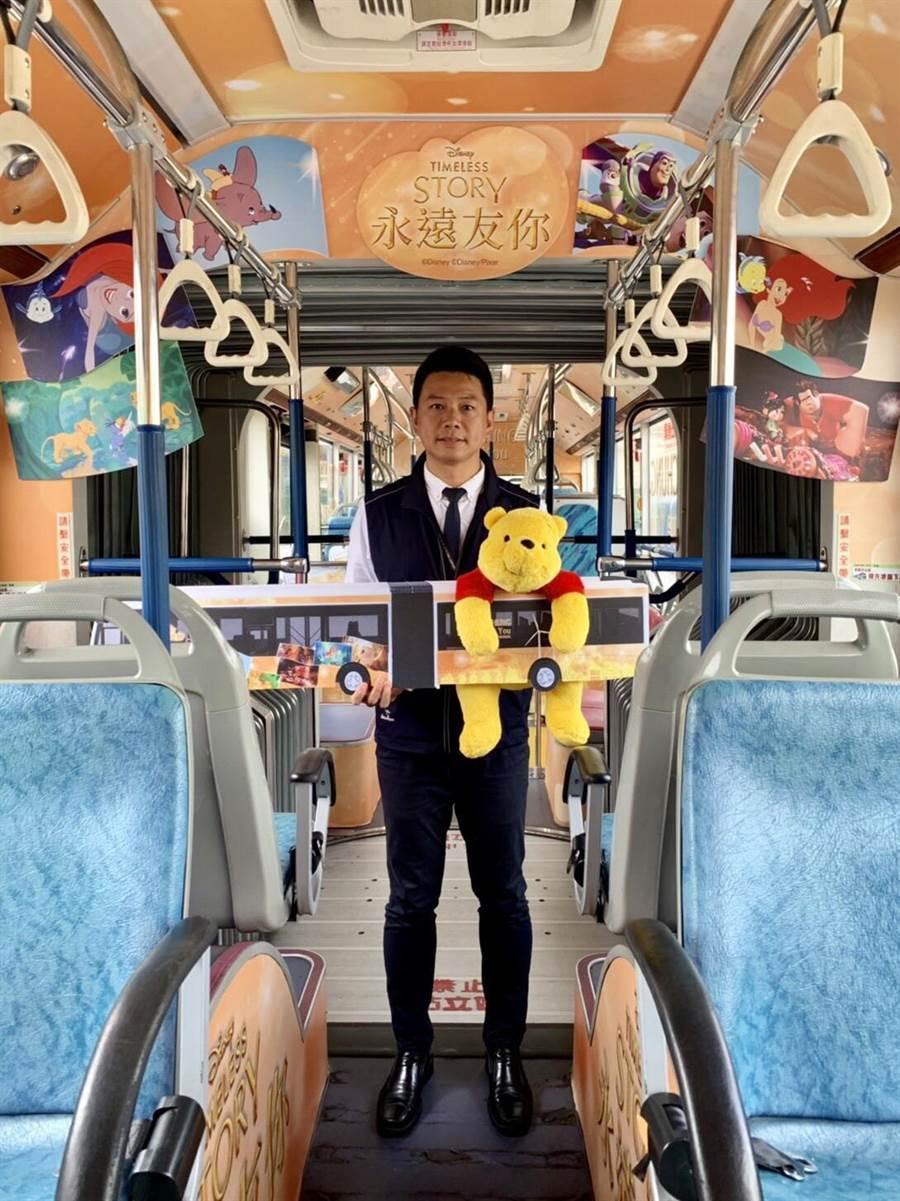台中市交通局長葉昭甫14日帶著迪士尼玩偶小熊維尼搭迪士尼彩繪雙節公車,鼓勵民眾來搭大眾運輸。(盧金足攝)