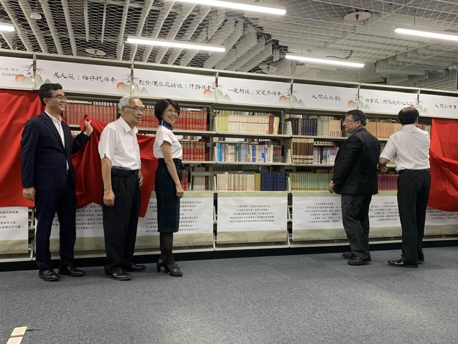 教授作家王瓊玲(左三)捐贈藏書600冊予國立台灣圖書館。(王揚傑攝)