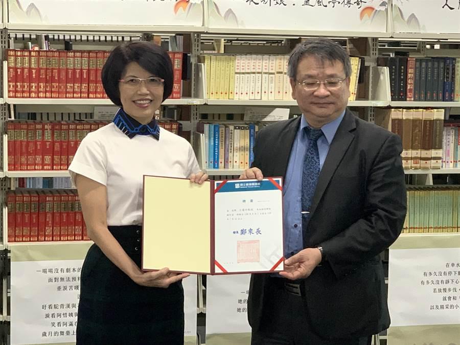 王瓊玲(左)獲聘為國立台灣圖書館駐館作家,從館長鄭來長手中接下聘書。(王揚傑攝)