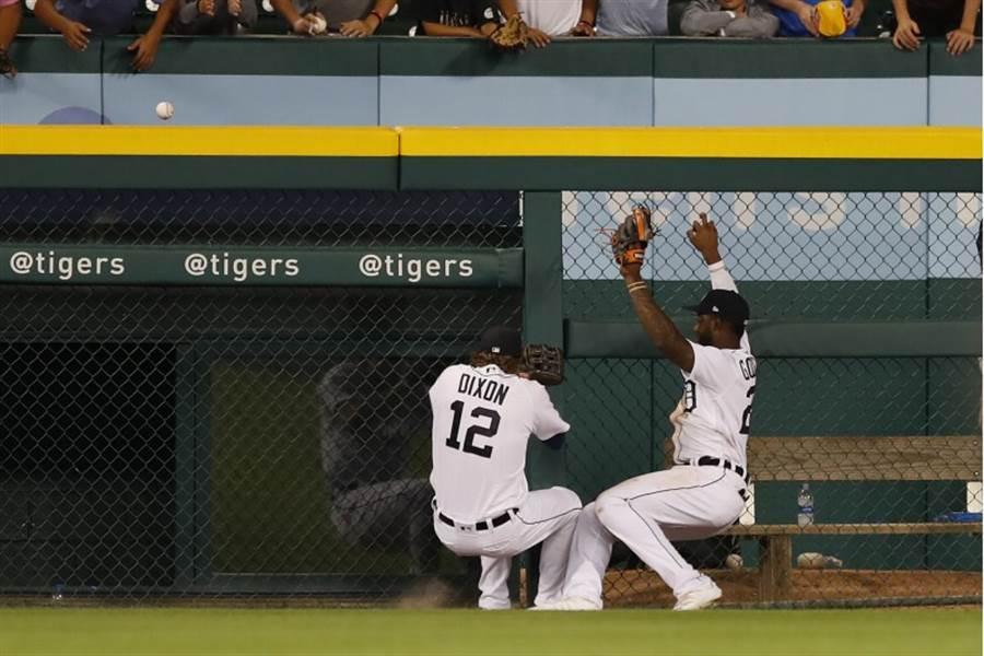 老虎外野手相撞,球從手套彈出全壘打牆,讓希格賺到一支2分炮。(美聯社)