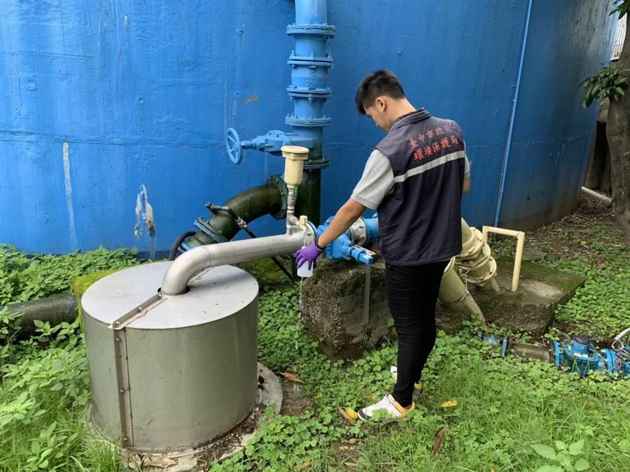 豪雨導致自來水濁度升高,台中市環保局加強飲用水檢驗。(盧金足攝)