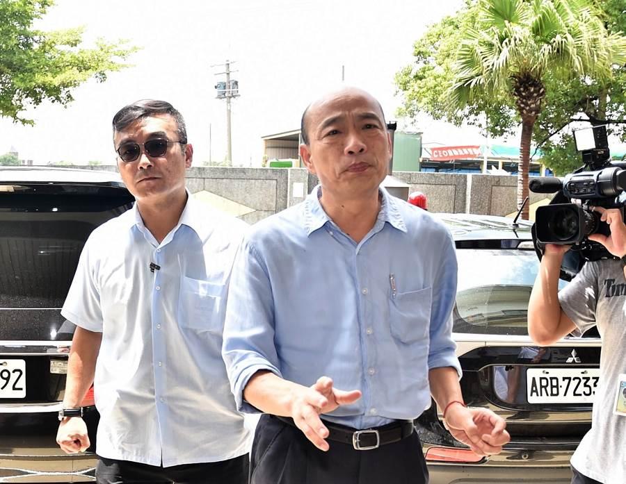 高雄市長韓國瑜(右)14日到橋頭殯儀館慰問林姓女騎士的家屬,他跟媒體溝通,希望尊重家屬。(林瑞益攝)