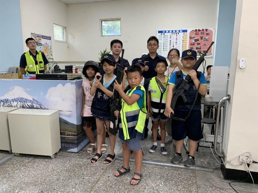 龍潭分局中興派出所接待小朋友到派出所體驗一日小小警察。(邱立雅翻攝)