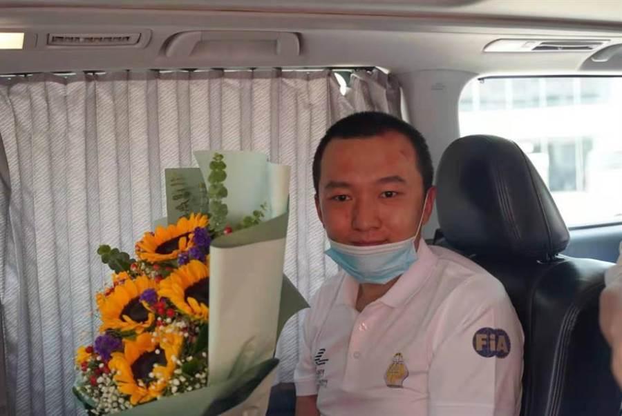 被香港示威人士包圍打傷的大陸環球時報記者付國豪14日中午出院。(取自大公網)