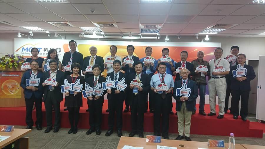 科技部於今(14)日舉辦「新南向海外科學研究與技術創新中心成果發表會」,由12個海外科研中心團隊在現場展現成果。(李侑珊攝)