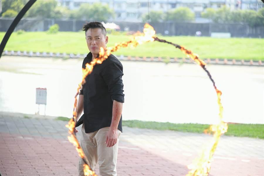 江宏恩劇中跳火圈。(三立)