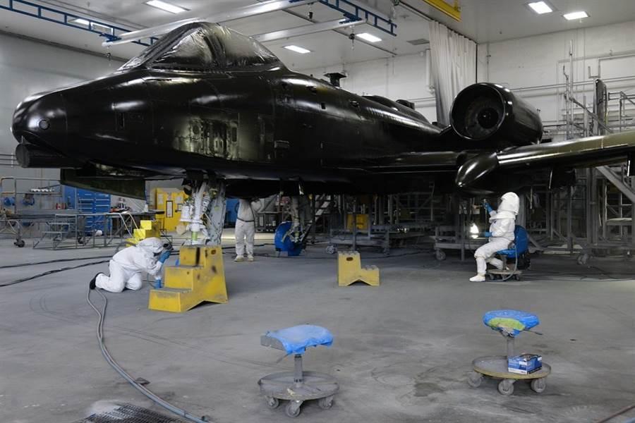 維修員為A-10噴塗底漆,這架A-10剛完成主翼換裝。(圖/美國空軍)