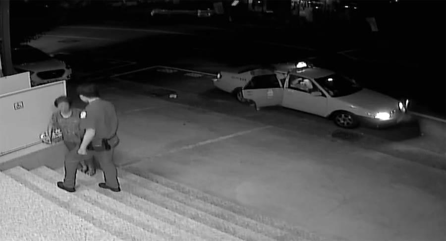 好心的計程車司機,看到紀婦大半夜走在向上陸橋上,將她載到春社派出所,請警察幫忙找家人。(黃國峰翻攝)
