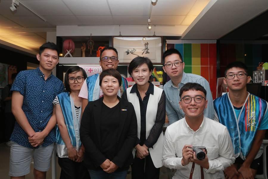 文化部長鄭麗君參訪台中社區營造現況,了解投入同志運動的「台灣基地協會」在參與社區營造時面對的困境。(文化部提供)