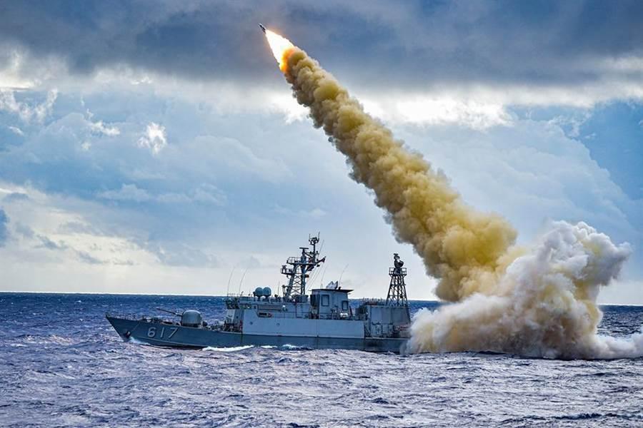 雄三飛彈實彈射擊曝光一飛衝天英姿。(海軍司令部臉書)