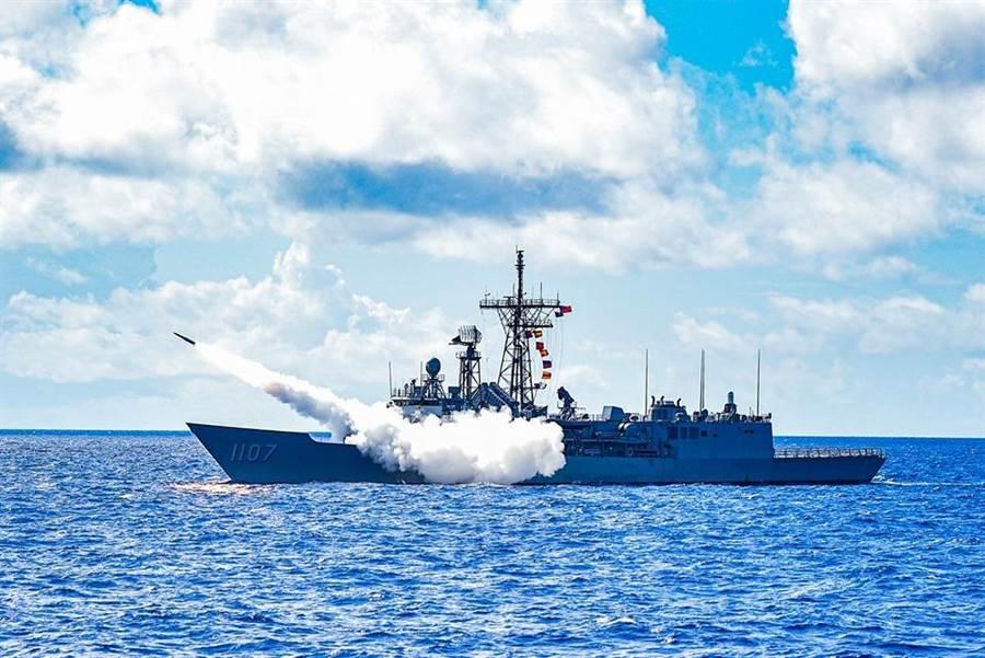 海軍飛彈實彈射擊場面震撼。(海軍司令部臉書)