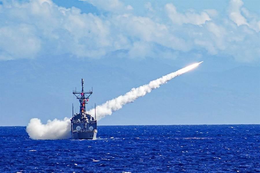 海軍在東部海域執行年度例行操演,射擊標準一型等各類型飛彈。(海軍司令部臉書)