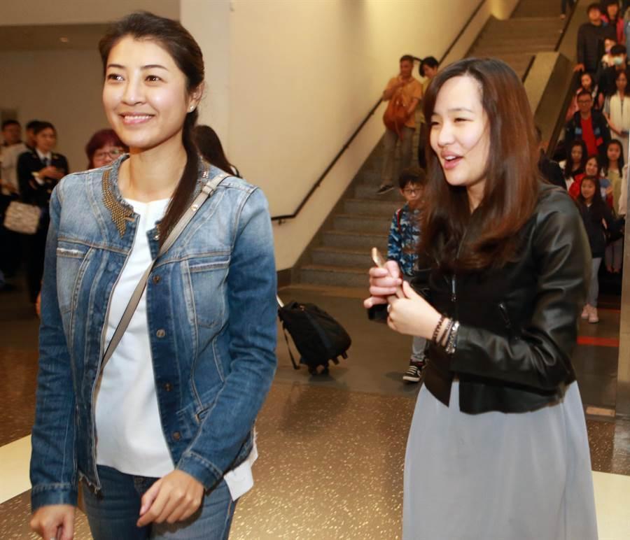 韓國瑜一家人結束在峇里島春節休假的行程。圖為同行的立委許淑華(左)與韓國瑜的大女兒韓冰。(資料照片,陳麒全攝)