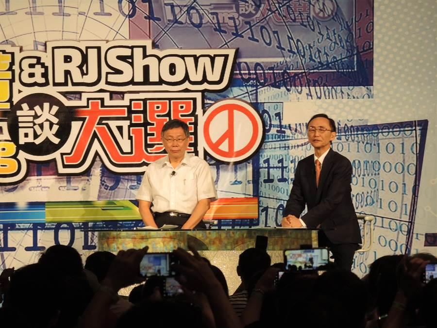 台北市長柯文哲(左)14日晚上與美麗島電子報董事長吳子嘉同台,同上吳子嘉的網路直播節目。(張潼攝)