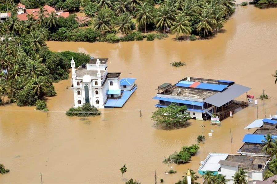 雨季豪雨重創印度,全國死亡人數攀升到至少244人。(圖/美聯社)