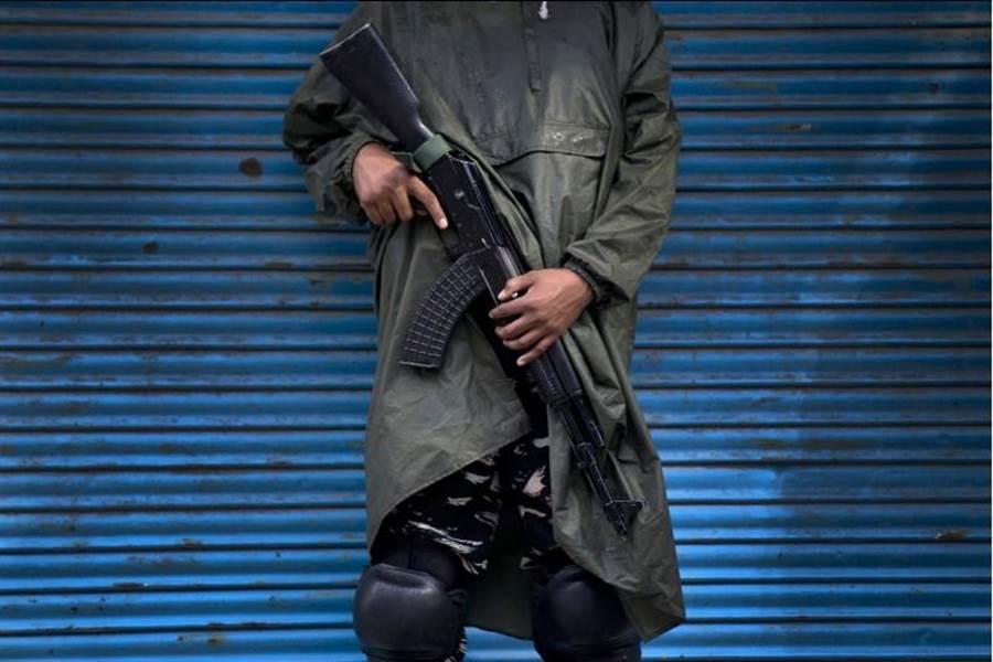 一名印度士兵14日在克什米爾省斯里納加(Srinagar)站崗。(美聯社)