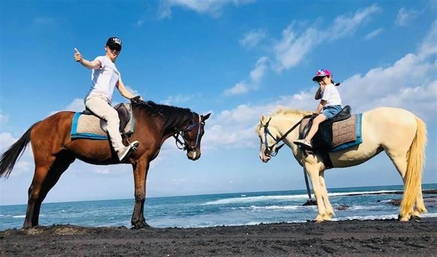 宋逸民(左)誇女兒「喬妹」人小膽大,騎馬初體驗玩得開心。