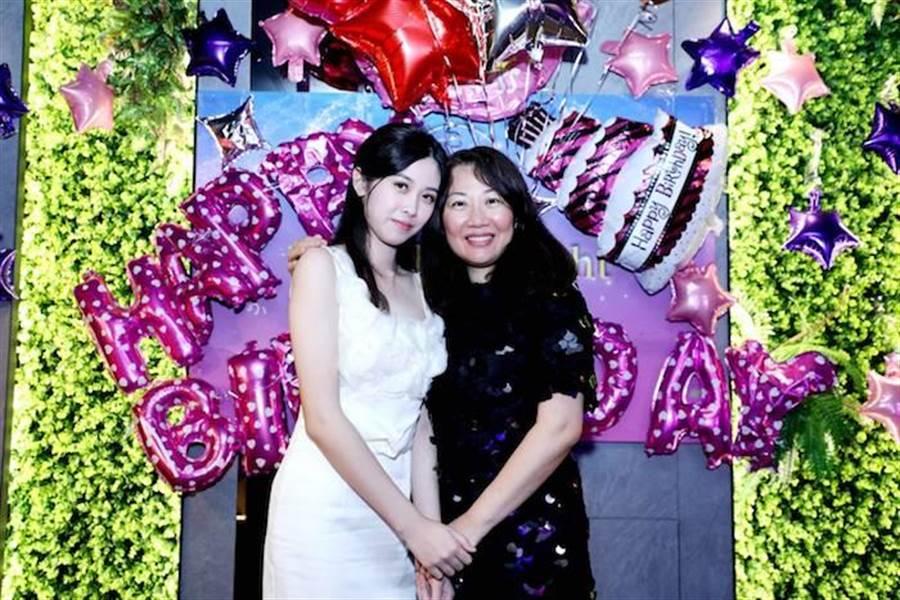 柯純心(左)從小就被培養成氣質美女,其實是完成媽媽(右)的夢想。中華全球城市選拔協會提供
